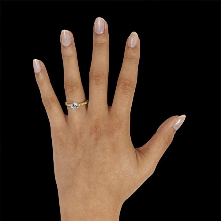 0.90 カラットのサイドダイヤモンド付きイエローゴールドソリテールダイヤモンドリング