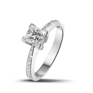 プラチナダイヤモンドエンゲージリング - 1.00 カラットのプリンセスダイヤモンドとサイドダイヤモンド付きプラチナソリテールリング