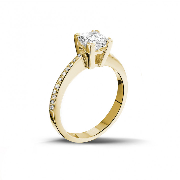 1.00 カラットのプリンセスダイヤモンドとサイドダイヤモンド付きイエローゴールドソリテールリング