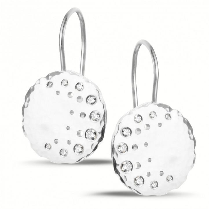 0.26 カラットのホワイトゴールドダイヤモンドデザインイヤリング
