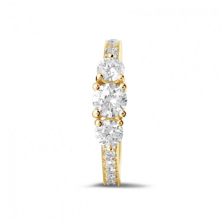 1.10 カラットのサイドダイヤモンド付きイエローゴールドトリロジーリング
