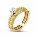 0.50 カラットのセンターダイヤモンドと小さなイエローダイヤモンド付きマッチングイエローゴールドダイヤモンドエンゲージリングとウェディングリング