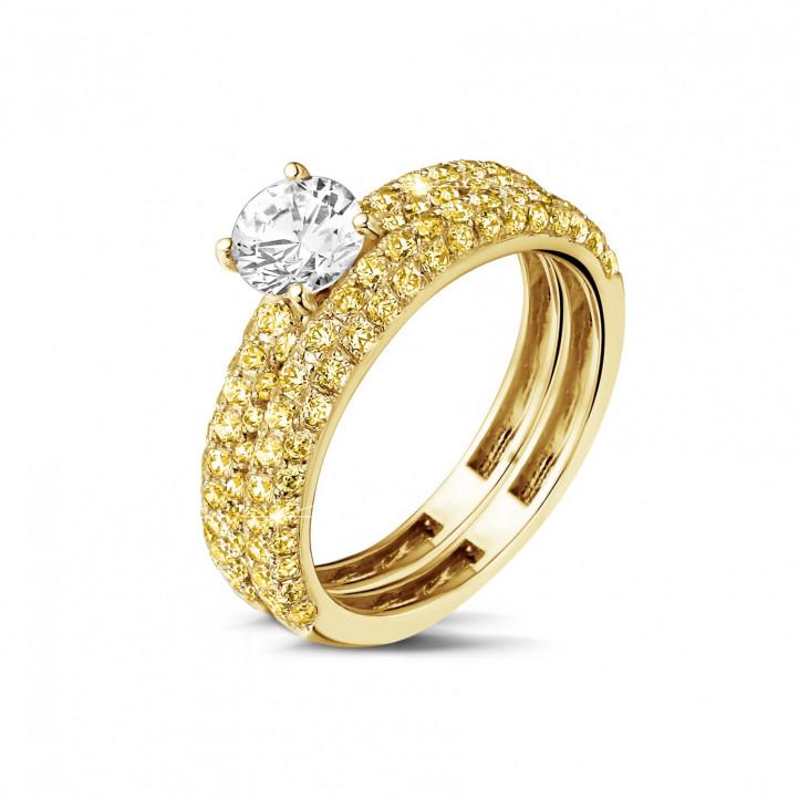0.70 カラットのセンターダイヤモンドと小さなイエローダイヤモンド付きマッチングイエローゴールドダイヤモンドエンゲージリングとウェディングリング