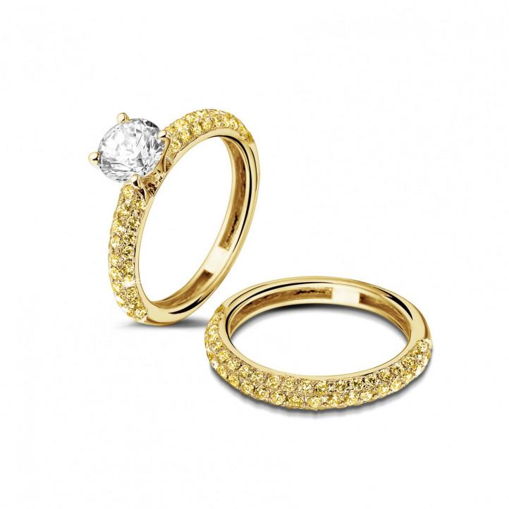 1.00 カラットのセンターダイヤモンドと小さなイエローダイヤモンド付きマッチングイエローゴールドダイヤモンドエンゲージリングとウェディングリング