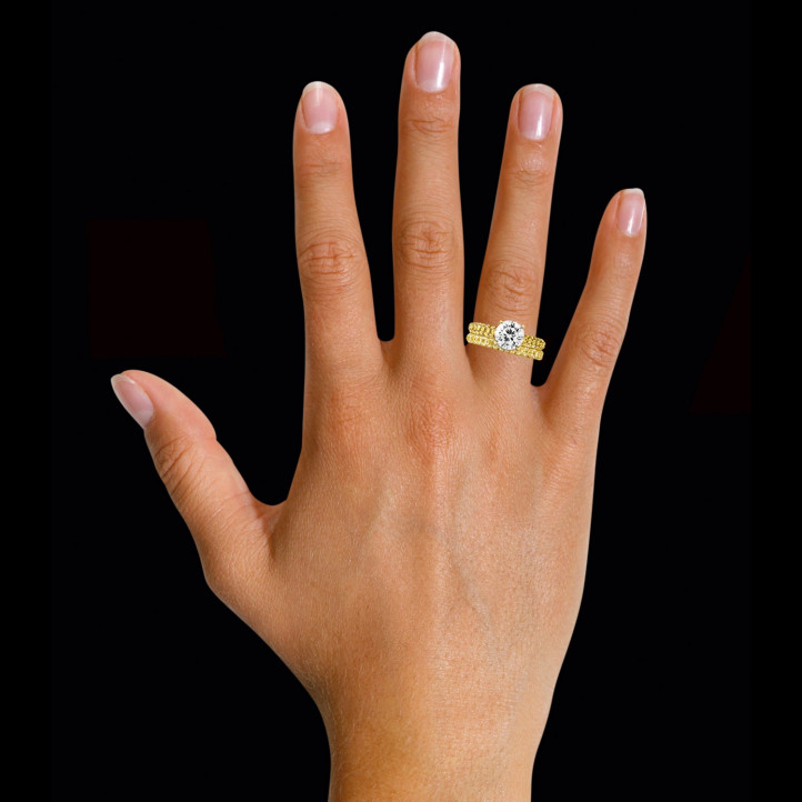 1.50 カラットのセンターダイヤモンドと小さなイエローダイヤモンド付きマッチングイエローゴールドダイヤモンドエンゲージリングとウェディングリング