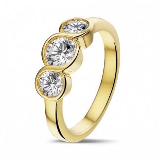 イエローゴールドダイヤモンドエンゲージリング - 0.95 カラットのラウンドダイヤモンド付きイエローゴールドトリロジーリング