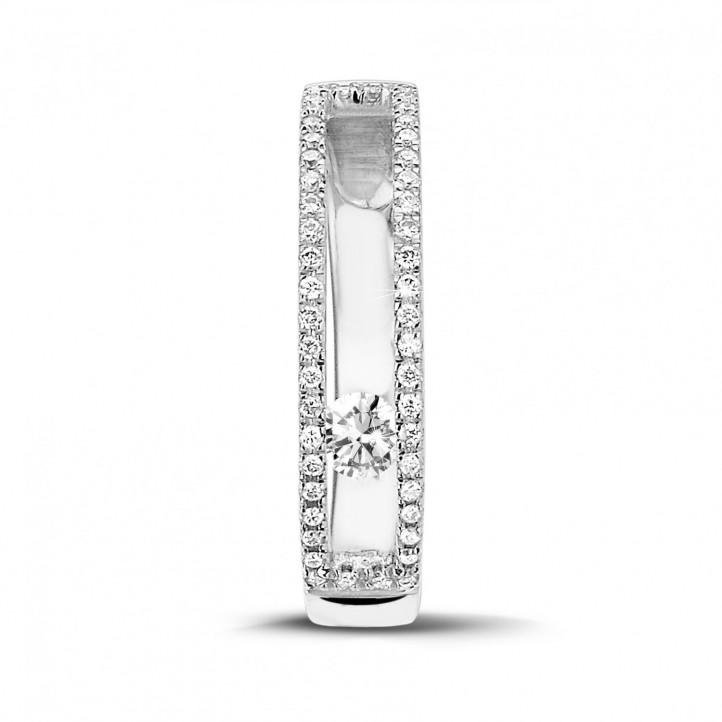 0.25カラットの浮かんでいるダイヤモンド付きホワイトゴールドリング
