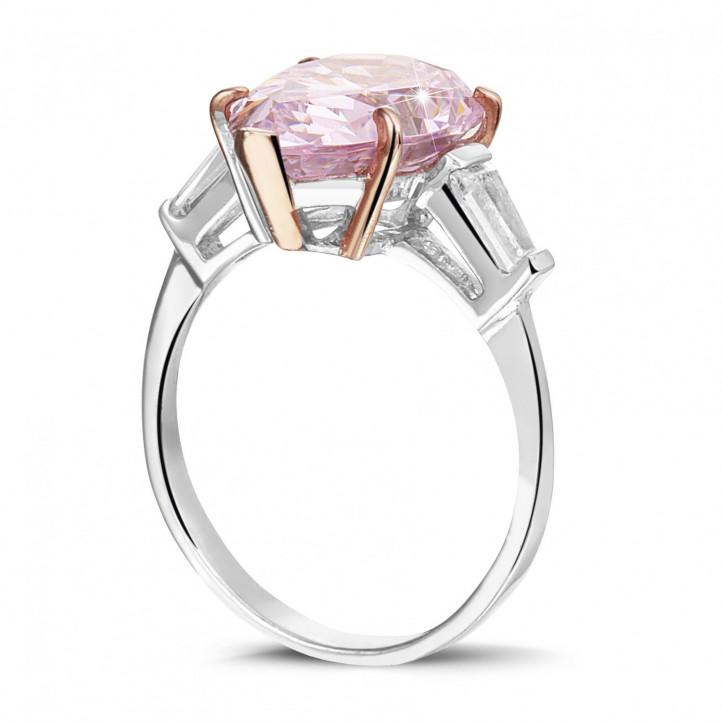 「ファンシーインテンスピンク」のペアーカットダイヤモンドとテーパーダイヤモンド付きホワイトゴールドリング