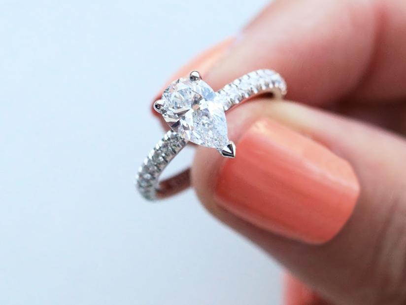 ecddb0992da8e4 Ring met peer diamant  een verlovingsring die u online kunt kopen. – BAUNAT