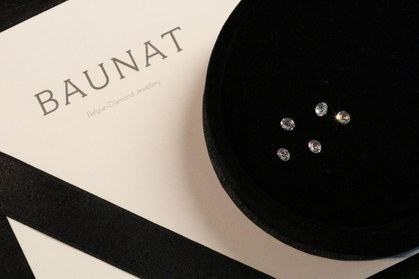 A selection of loose diamonds for your unique diamond ring by BAUNAT.