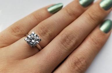 钻石求婚戒指