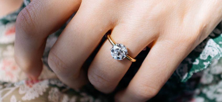 3822e479329d Un anillo de diamantes en oro amarillo u oro blanco - BAUNAT