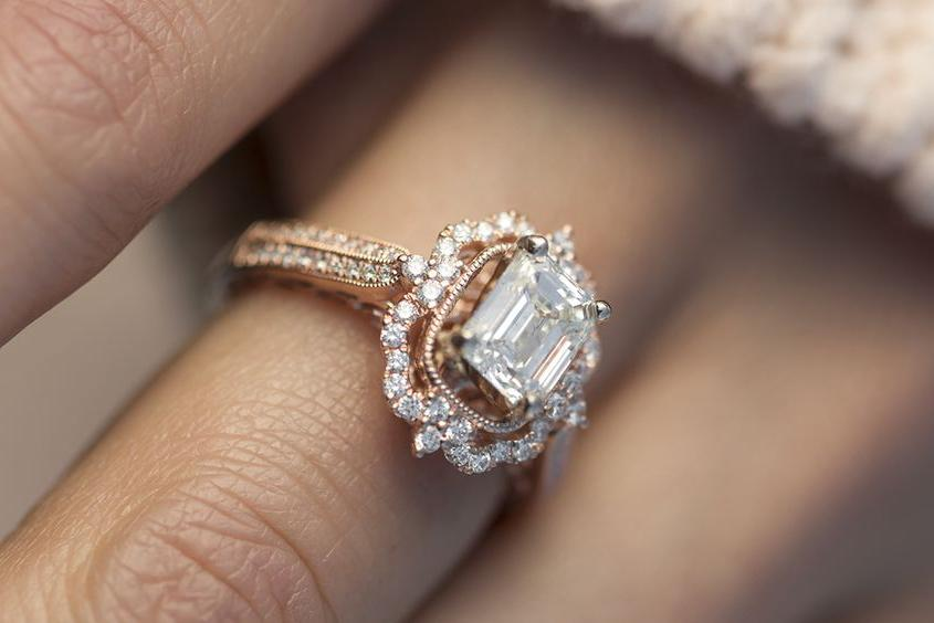 ¿Por qué comprar un anillo de compromiso de oro rosa?