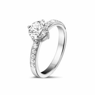 - 1.00 karaat diamanten solitaire ring in wit goud met zijdiamanten