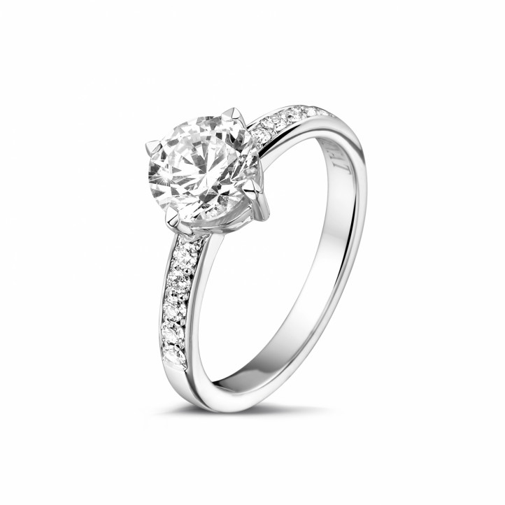 1.20 karaat diamanten solitaire ring in wit goud met zijdiamanten