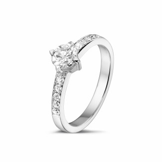 - 0.50 karaat diamanten solitaire ring in platina met zijdiamanten
