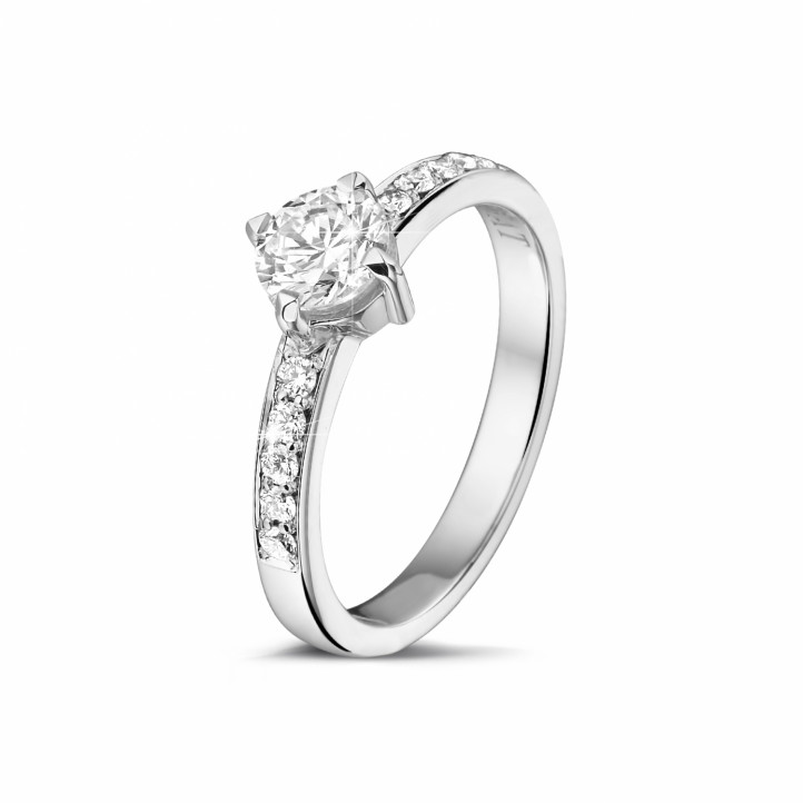 0.70 caraat diamanten solitaire ring in platina met zijdiamanten