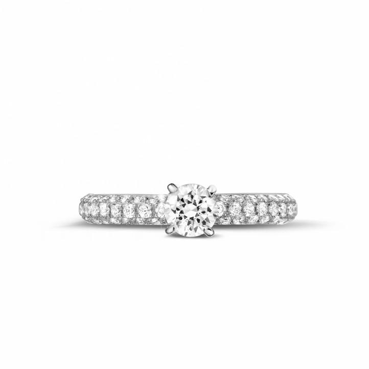 0.50 karaat solitaire ring (half gezet) in platina met zijdiamanten