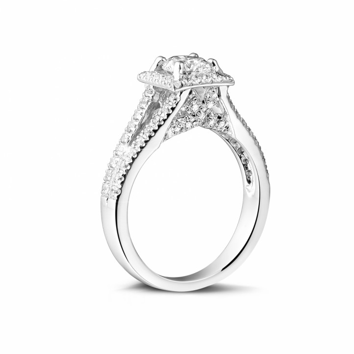 0.70 karaat diamanten solitaire ring in platina met zijdiamanten