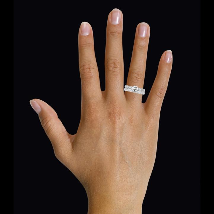 Set platina diamanten trouwring en verlovingsring met 0.70 caraat centrale diamant en kleine diamanten