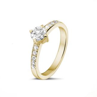 - 0.50 karaat diamanten solitaire ring in geel goud met zijdiamanten