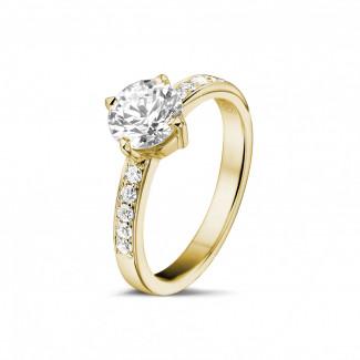 - 1.00 karaat diamanten solitaire ring in geel goud met zijdiamanten
