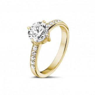 - 1.20 karaat diamanten solitaire ring in geel goud met zijdiamanten