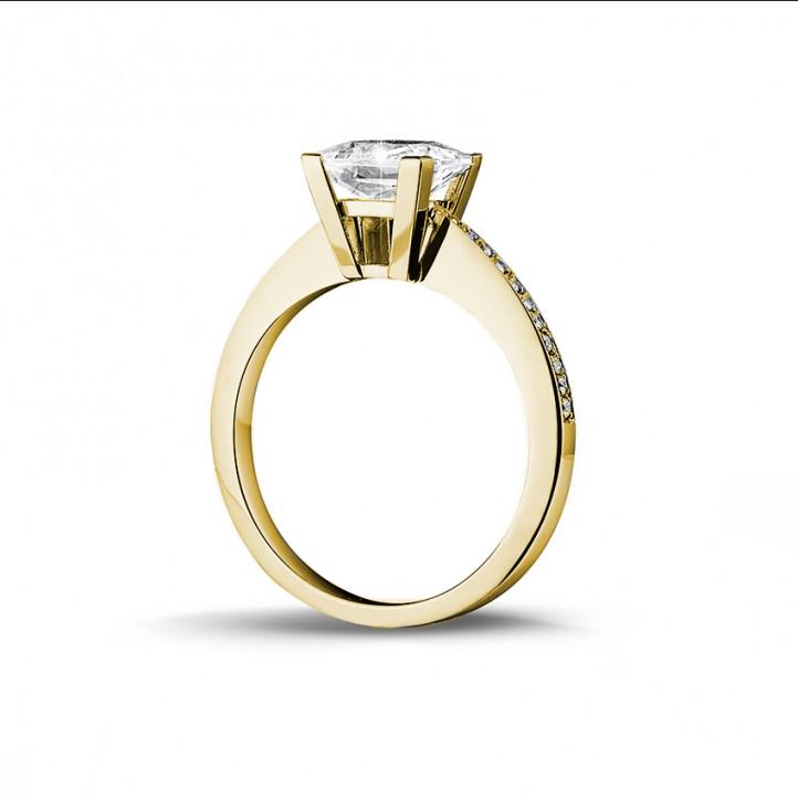 2.00 caraat solitaire ring in geel goud met princess diamant en zijdiamanten
