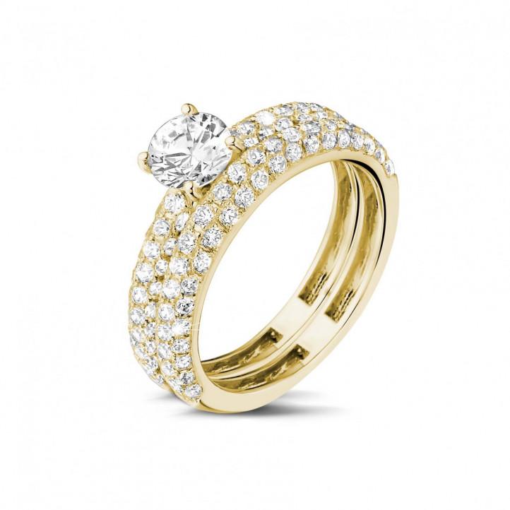 Set geelgouden diamanten trouwring en verlovingsring met 0.70 caraat centrale diamant en kleine diamanten