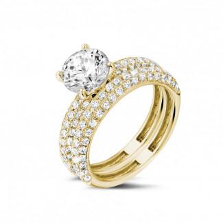 - Set geelgouden diamanten trouwring en verlovingsring met 1.50 karaat centrale diamant en kleine diamanten