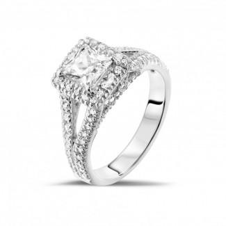 Witgouden Diamanten Ringen - 1.00 caraat solitaire ring in wit goud met princess diamant en zijdiamanten