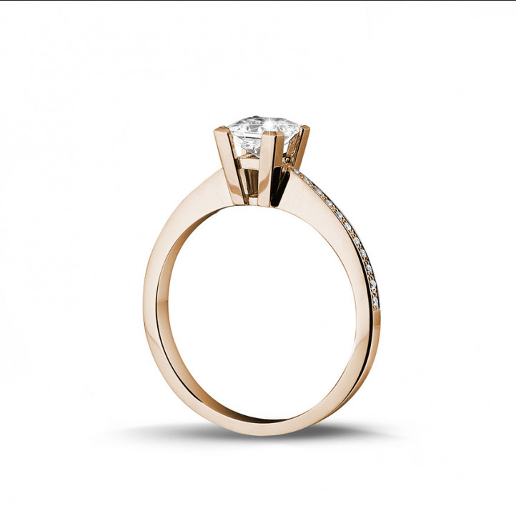0.75 caraat solitaire ring in rood goud met princess diamant en zijdiamanten