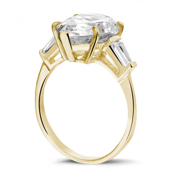 Ring in geel goud met peervormige diamant en tapered baguette diamanten