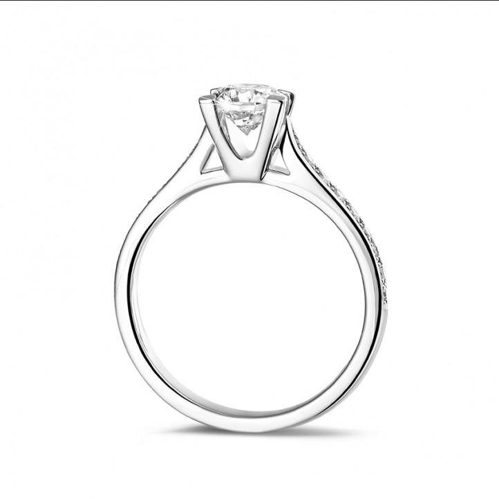 0.75 karaat diamanten solitaire ring in wit goud met zijdiamanten