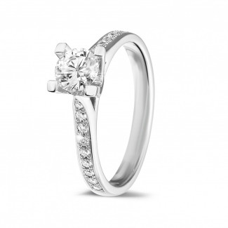 - 0.50 karaat diamanten solitaire ring in wit goud met zijdiamanten