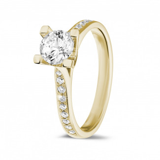 0.75 karaat diamanten solitaire ring in geel goud met zijdiamanten