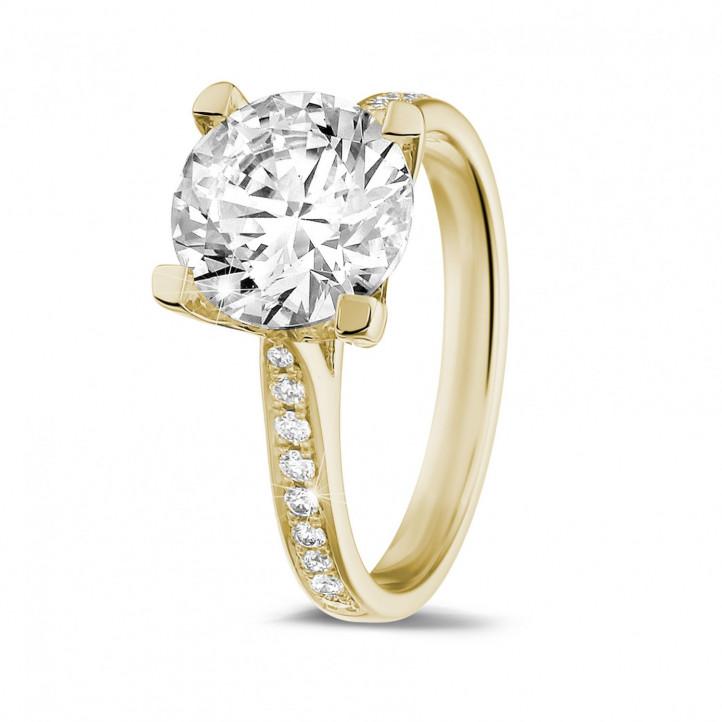 2.50 karaat diamanten solitaire ring in geel goud met zijdiamanten