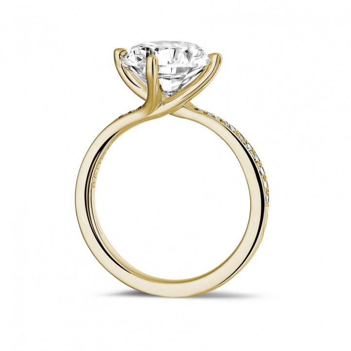 3.00 karaat diamanten solitaire ring in geel goud met zijdiamanten