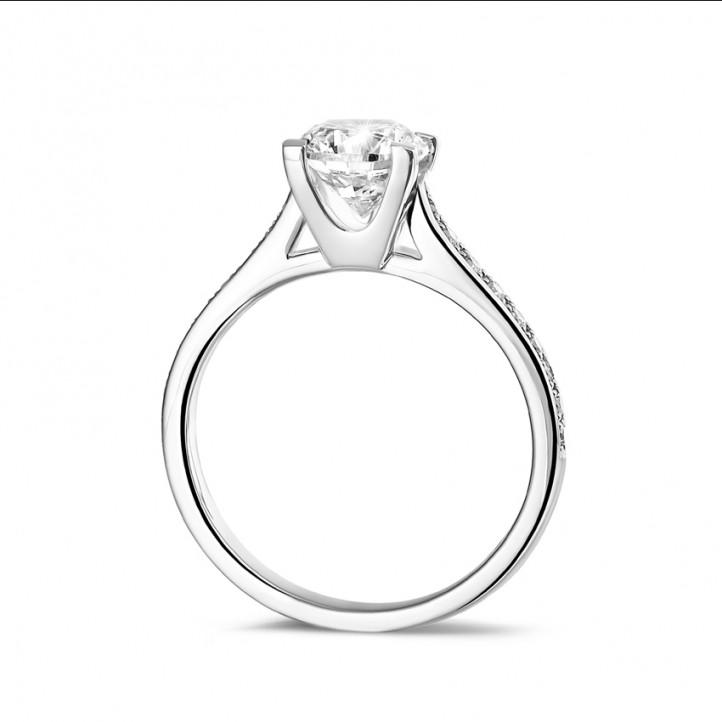 0.90 karaat diamanten solitaire ring in platina met zijdiamanten
