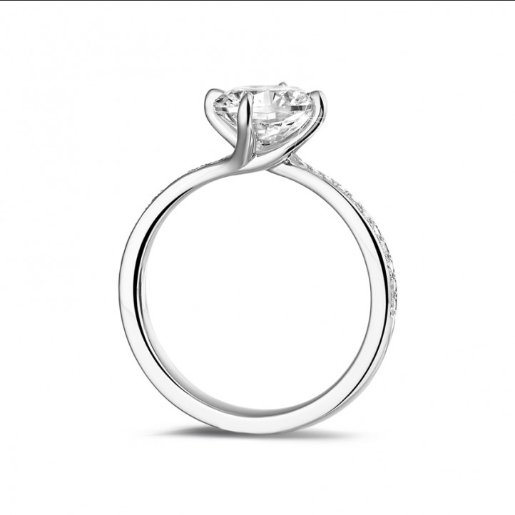1.50 karaat diamanten solitaire ring in platina met zijdiamanten
