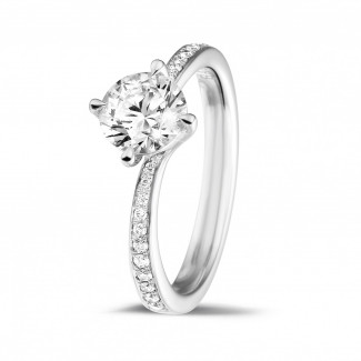 - 0.90 karaat diamanten solitaire ring in platina met zijdiamanten