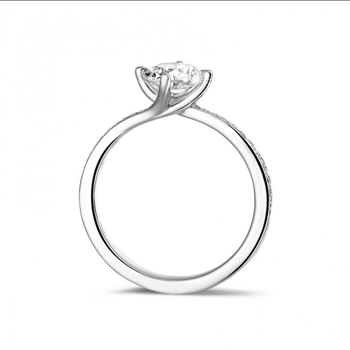 0.90 caraat diamanten solitaire ring in platina met zijdiamanten