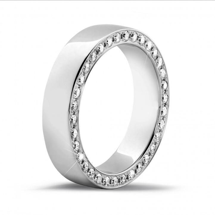 0.70 karaat brede alliance in wit goud met kleine ronde diamanten in zijkant