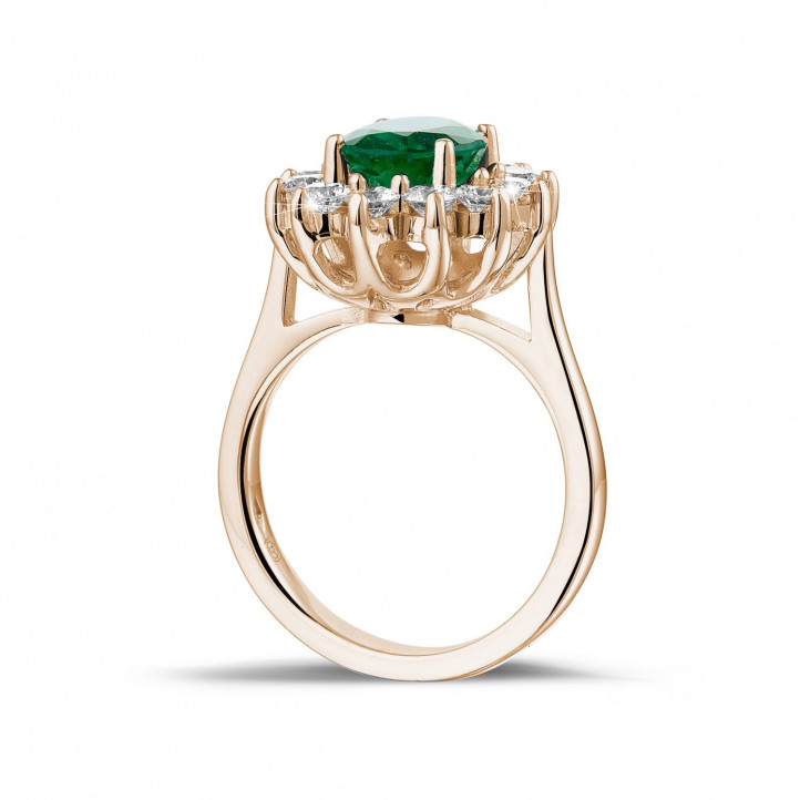 Entourage ring in rood goud met ovale smaragd en ronde diamanten