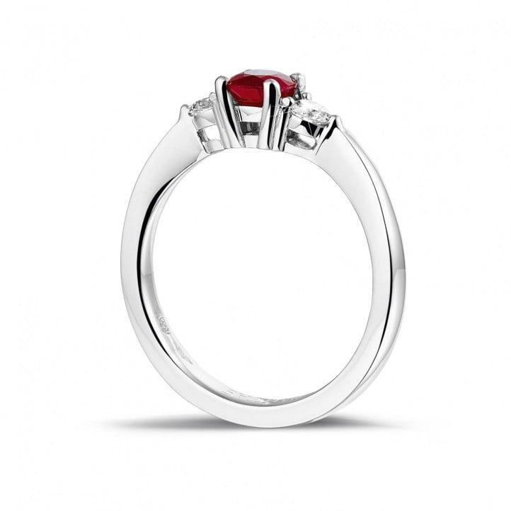 Trilogie ring in platina met centrale robijn en 2 ronde diamanten
