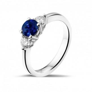 Trilogie ring in platina met centrale saffier en 2 ronde diamanten