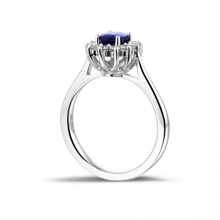 Entourage ring in platina met ovale saffier en ronde diamanten