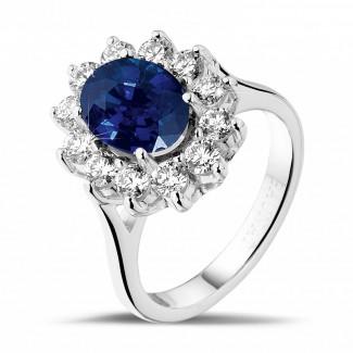 Verloving - Entourage ring in platina met ovale saffier en ronde diamanten