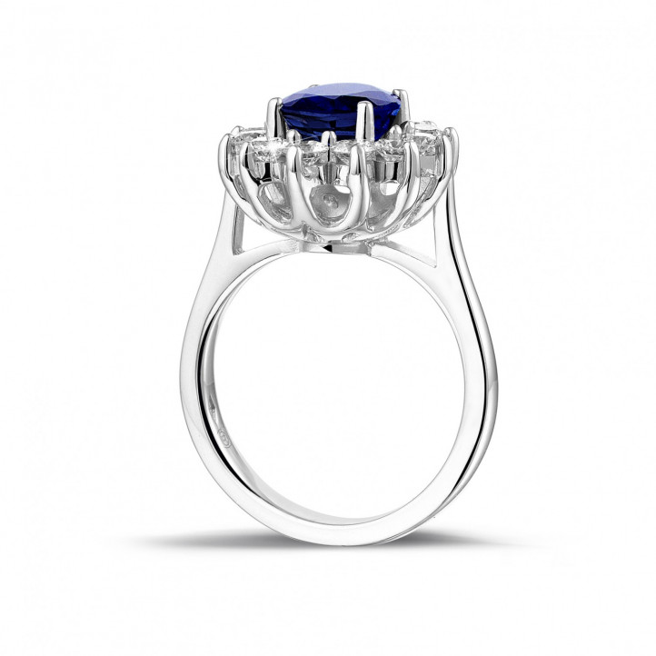 Entourage ring in platina met ovale saffier en ronde diamanten