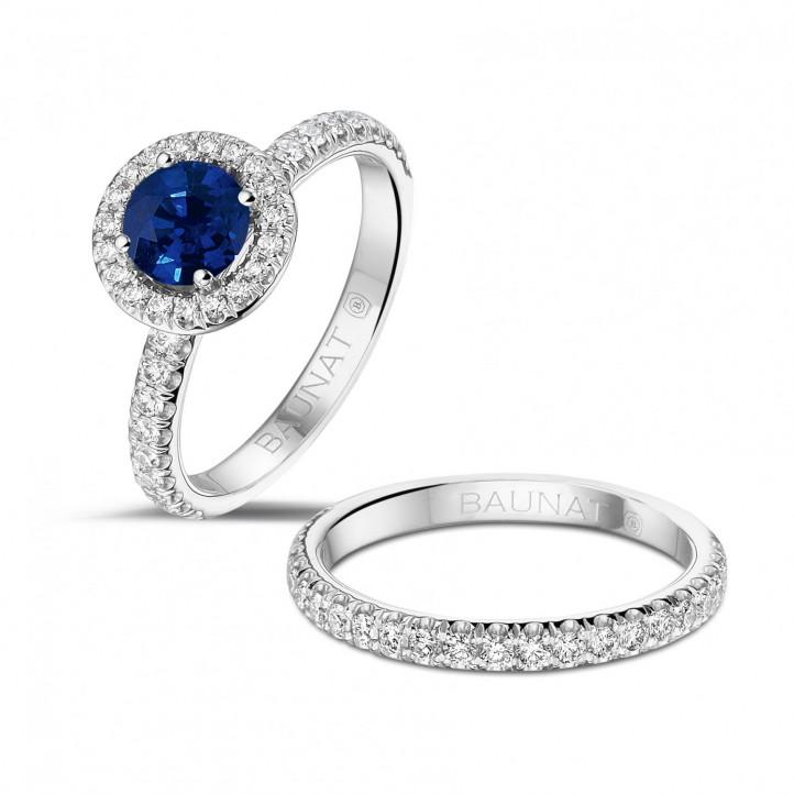 Halo solitaire ring in platina met ronde saffier en kleine ronde diamanten